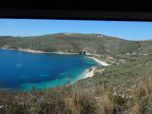 Albania. Bahía de Porto Palermo. Base militar abandonada; túnel refigosuo de submarin