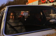HdJ Kro: Tagesfahrt zum Tierpark Gettorf (01) (Rüdiger Stehn) Tags: auto analog 35mm deutschland 1982 europa slide dia menschen scan fähre nordostseekanal schleswigholstein landwehr norddeutschland mitteleuropa kielcanal youthclub hausderjugend analogfilm kleinbild minoltasrt100x canoscan8800f kbfilm 1980er fährelandwehr diapositivfilm jugendtreffaktivität jugendtrefffahrt hausderjugendkronshagen