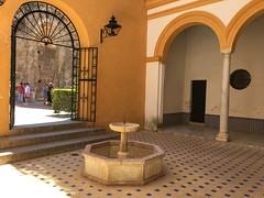 alcazar siviglia... (piera tedde) Tags: sevilla andalusia fontana arco architettura spagna interni siviglia colonnato porticato