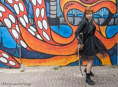 Cool (LadyLove1967) Tags: scheveningen rodebaret fotoshoot gitaar mooiedame boot grafity kleur