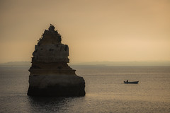 Saliendo a faenar (Roberto_48) Tags: mar oceano ocean sea barca sunrise luz