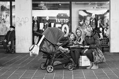 Quattro generazioni...e un telefonino (carlo tardani) Tags: follonica viaroma grosseto toscana selfie famiglia bw bianconero blackandwhitephotos nikond800 bestportraitsaoi