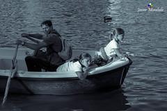 Dicotoma de nimo (J. Moraleda) Tags: madrid espaa spain parquedelretiro estanque pond agua water virado toning remo rowing barca boat nios kids blancoynegro blackandwhite