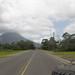 Ao longe, surge o vulcão Arenal