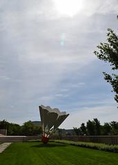 DSC_2748 (JSF539) Tags: statue kansascity missouri shuttlecock nelsonatkinsmuseum claesoldenburg coojsevanbruggen
