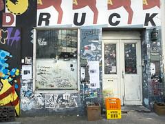 Druck - press. Druckladen - printer Shop. Hamburg-Mitte (fipixx) Tags: road street urban living outdoor strasse hamburg streetscene leisure everyday strassenszene alltag gesellschaft strassen urbanarte lebenswelt