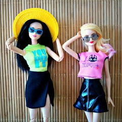 Friends (Deejay Bafaroy) Tags: pink portrait green hat sunglasses yellow asian doll dolls turquoise barbie rosa portrt hut gelb grn mtm mattel sonnenbrille puppe puppen fashionistas trkis madetomove