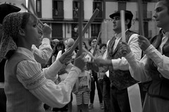 Euskal Dantzak (ramosblancor) Tags: humanos humans bailes danzas dances folklore folclore palos sticks fiestas festivities mondragn arrasate pasvasco viajar travel blancoynegro blackandwhite bw