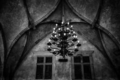 Prager Burg (Roman Achrainer) Tags: innenhof prag tschechien spiegelbild nationalmuseum burg leuchter kronleuchter pragerburg achrainer