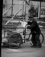Ancianos (Lukas Osses Codelia) Tags: blanco negro feria mama abuela carro papa bolsa anciano abuelos abuelo viejos vejez arrugas arrugado
