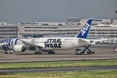 STAR WARS JET (yuki_alm_misa) Tags: plane airplane ana starwars aeroplane r2d2 boeing haneda hnd 787   tokyointernationalairport    rjtt  7879 b7879 r2d2anajet starwarsanajet