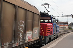 SBB Cargo Zweikraftlokomotive Eem 923 027 - 7 mit Taufname Montagne de Boujean - Bzingenberg ( Rangiertraktor - Rangierlokomotive Typ BUTLER der Firma Stadler Rail => Inbetriebname 2013 ) am Bahnhof Kerzers im Kanton Freiburg der Schweiz (chrchr_75) Tags: chriguhurnibluemailch christoph hurni schweiz suisse switzerland svizzera suissa swiss chrchr chrchr75 chrigu chriguhurni april 2015 eisenbahn bahn train treno zug schweizer bahnen bahnhhof kerzers kantonfreiburg kantonfribourg albumzzz201504april albumbahnenderschweiz albumbahnenderschweiz201516 sbb cff ffs zweikraftlokomotive eem 923 lok lokomotive juna zoug trainen tog tren   locomotora lokomotiv locomotief locomotiva locomotive railway rautatie chemin de fer ferrovia  spoorweg  centralstation ferroviaria