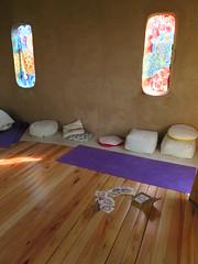"Salle de méditation <a style=""margin-left:10px; font-size:0.8em;"" href=""http://www.flickr.com/photos/83080376@N03/17820270220/"" target=""_blank"">@flickr</a>"
