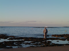 P1051401 (alejandravegamartn) Tags: paisaje landscape places lugares gran canaria las canteras playa beach human humano seor hombre teide mar oceano ocean instantes instants barco boad