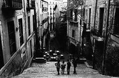 Barri vell (ivaslop) Tags: street people film kodak trix girona d76 catalunya pushed escaleras gerona pentaxmx iso1000 barrivell smcpentaxm11450mm
