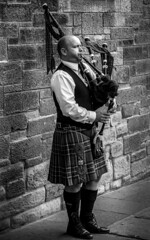 UK - Scotland - Edinburgh - Royal Mile - Bagpiper (Marcial Bernabeu) Tags: uk greatbritain edinburgh unitedkingdom united pipe gaitero royal scottish kingdom royalmile piper edimburgo mile bagpiper bernabeu reino unido bagpipe reinounido gaita marcial bernabu escoces granbretaa scottishpiper escocs escocesa gaiteroescocs scottishbagpiper