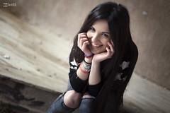 Beatriz V. - 16 (G. Goitia) Tags: cute smile look canon happy photography cool hands dof gente interior gorgeous young manos noflash depthoffield bonita pdf sonrisa felicidad feliz alegre mirada guapa belleza joven hapiness dutchangle fotografa juvenil profundidaddecampo actitud enfoque frescura sinflash luznatural desenfonque planoholands iluminacinnatural