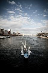 toute vitesse (www.danbouteiller.com) Tags: japan japon japanese japonais tokyo asakusa river fleuve boat bateau sky ciel cloudy clouds nuageux city ville urban canon canon5d 5dmk2 5d 5d2 5dm2 samyang samyang14mm riverside sumida  bay