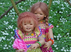 Sanrike und Tivi im Buschwindröschenwald ... (Kindergartenkinder) Tags: dolls blumen wald annette buschwindröschen tivi gladbeck anemonen himstedt kindergartenkinder sanrike
