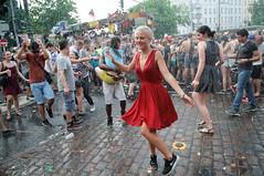 Karneval der Kulturen 2014 (abbilder) Tags: berlin karnevalderkulturen kreuzberg lebeninberlin kdk karneval kdk2014 carnival raw lr5 nikon people menschen street fun happy umzug freude d300 1755 dress red rot dance tanzen wet nass ausgelassen twop tanz