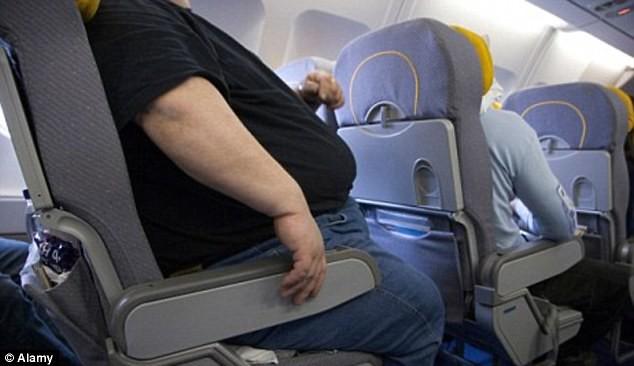 Bạn sẽ mất đi diện tích ghế đáng kể khi ngồi cạnh những người quá khổ