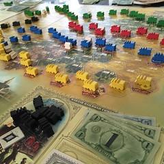 Chicago Express - เกมนักลงทุนสร้างทางรถไฟในยุคเจ้าพ่อทางรถไฟในอเมริกาที่มีการสร้างทางข้ามเทือกเขา เชื่อมนิวยอร์กกับชิคาโกและดีทรอยต์เป็นครั้งแรก ใครมีเงินมากที่สุดชนะ เงินได้จากปันผลของหุ้นบริษัทรถไฟ แต่ละตาเลือกทำหนึ่งแอ๊กชั่นจาก 1) ประมูลหุ้นหนึ่งใบของบ