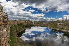 Nubes y reflejos en Buitrago (chuscordeiro) Tags: madrid españa rio canon puente agua pueblo pantano cielo nubes turismo muralla 1022 reflejos piedra lozoya buitrago 550d