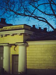 uni helsinki (miemo) Tags: city sky building tree finland evening spring helsinki gate europe exterior dusk olympus pillars voigtlnder kruununhaka omd voigtlndernokton425mmf095 em5mkii