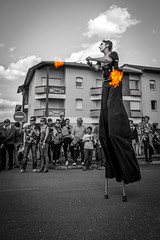 danseuse de rue (flo40140) Tags: street urban blackandwhite bw canon noiretblanc nb uga 1018 rue lightroom urbain urbex landes aquitaine soustons journalisme canon60d fetedelatulipe
