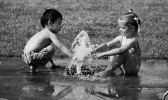 Cette semaine, en Normandie This week in Normandy... (dominiquita52) Tags: streetphotography noiretblanc bw children enfants jeux games water eau parc