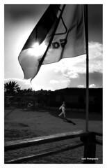 El hombre que pasa, ajeno a la presencia de mi cmara (Imati) Tags: leica fuerteventura playa bandera hombre chiringuito corralejo