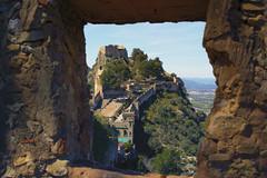 Una ventana al pasado (cazador2013) Tags: muro ventana arboles gente cielo montaa turismo muralla castillo piedra serenidad maleza