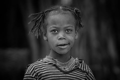 Little Girl from the Folk Dorze (ddimblickwinkel) Tags: africa bw white black art girl sunshine sisters vintage blackwhite nikon play natural brothers outdoor natur portrt afrika sw nik ethiopia tribe schwarzweiss tamron schwarz mdchen personen thiopien d300 weis einfarbig d300s