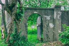 secret garden (melike erkan) Tags: wall gardens gate secretgarden linwoodgardens