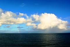 Cu, mar e arco iris (marcusviniciusdelimaoliveira) Tags: cu mar gua arcoiris nuvem chuva