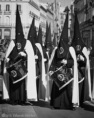 tambores nazarenos (Edu.San.) Tags: madrid bw espaa monocromo bn semanasanta procesion nazarenos tambores