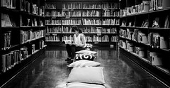 (Thomas Leuthard) Tags: street leica people white black photography flickr sitting fuji thomas streetphotography books olympus bookstore sit monochrom bookshop seated omd bookstores libreria hcb librerias leuthard thomasleuthard