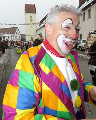 Ausgelassene Strassen-Fastnacht : Fastnachts Dienstag  - Kleiner Omzug in Dettensee - Clowns Gruppe. Riots of laughter - Freunde Spa und Humor (eagle1effi) Tags: fastnachts dienstag kleiner omzug dettensee fds horbdettensee sx60 hs canonpowershotsx60hs canon bridgecamera bridge camera canonpowershotsx60 canonsx60 powershotsx60 sx60hs eagle1effi sx fastnacht karneval fasnet fasching fastnachtsdienstag kleineromzug umzug powershot 430exii externalflash speedlite dtsail dtsailerfasnet fleckenfasnet strassenfasnet dorffasnet traditionelle schwbischalemannische dtsailer fleckanfasnet flecka strassenfastnacht clown clowns hans schwarzwald blackforest sx60best sample reference photo ae1faves aviary edition crop zuschnitt hellstern colorful riotofcolours photography photograph damncool beste photos caonon 60