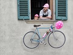 Waiting for the Tour (Arunte) Tags: pink man window girl bike race bicycling rosa colnago greve chianticlassico giroditalia tourofitaly cronometro marcofrancini arunte