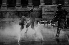 Cour d'assises (PaxaMik) Tags: street noir lyon noiretblanc streetphotography silhouettes streetlife streetphoto vapor contrastes courir vapeur presquîle n§b