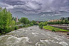 Der Fluss Etsch der durch Meran fließt (garzer06) Tags: wasser fluss italien wolken himmel wolkenhimmel grün landscapephotography naturephotography wellen landschaftsbild landschaftsfoto naturfoto landschaftsfotografie berg berglandschaft natur meran