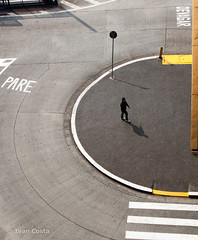 Urbanismos (Ivan Costa) Tags: street city cidade man sign walking mark rua homem pare andando markup