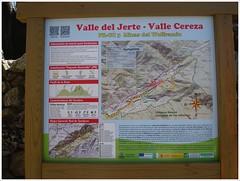 Panel informativo. (margabel2010) Tags: madera carteles papel valles jerte mapas paneles valledeljerte vallecereza