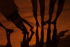 Sombras y fiestas (Nathalie Le Bris) Tags: sombra ombre shadow nuit noche night fiestanacional ftenationale 14juillet pied foot pie