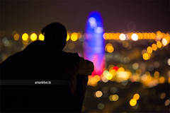 Bunkers. (¡arturii!) Tags: barcelona city blue light shadow urban tower love silhouette night hug couple cityscape darkness bokeh amor horizon hill catalonia together bullet viewpoint agbar bunkers turó