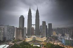 Petronas Towers / Menara Petronas (tarikabdelmonem) Tags: malaysia kualalumpur klcc skybar tradershotel menarapetronas petranas