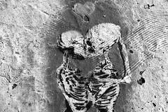Amor entre muertos (Revolver Olviden) Tags: bw white black textura blanco monochrome stencil y negro graffity esqueleto corazn pintada calavera plantilla