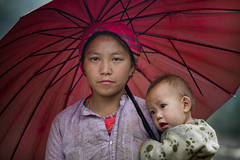 Vietnam: Hmong Blanc sous le parapluie. (claude gourlay) Tags: portrait people face asia retrato vietnam asie ethnic minority ritratti ritratto hmong indochine tonkin hagiang ethnie minorit claudegourlay movac hmongblanc