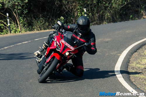 Pulsar-RS-200-vs-KTM-RC-200-01