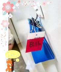 """#บ่น #แก่แล้วบ่นได้ #รำคาญข้ามไป  คือ... ทวงแล้ว ไฟฟ้าไม่ให้กล่องใส่บิล เลยซื้อซองมีซิปที่เอาไว้ใส่ดินสอปากกา มาแขวนหน้าห้องพร้อมเขียนบอกว่า """"Bills."""" ก็เอาไว้ให้ใส่บิลต่างๆ แต่เหมือนพี่ที่เดินบิลเก็บค่าส่วนกลางจะไม่เข้าใจ ยังเอาสอดใต้ประตูเหมือนเดิม  เดือ"""